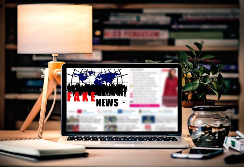 Laptop mit Bild Fake News zum Safer-Internet-Day