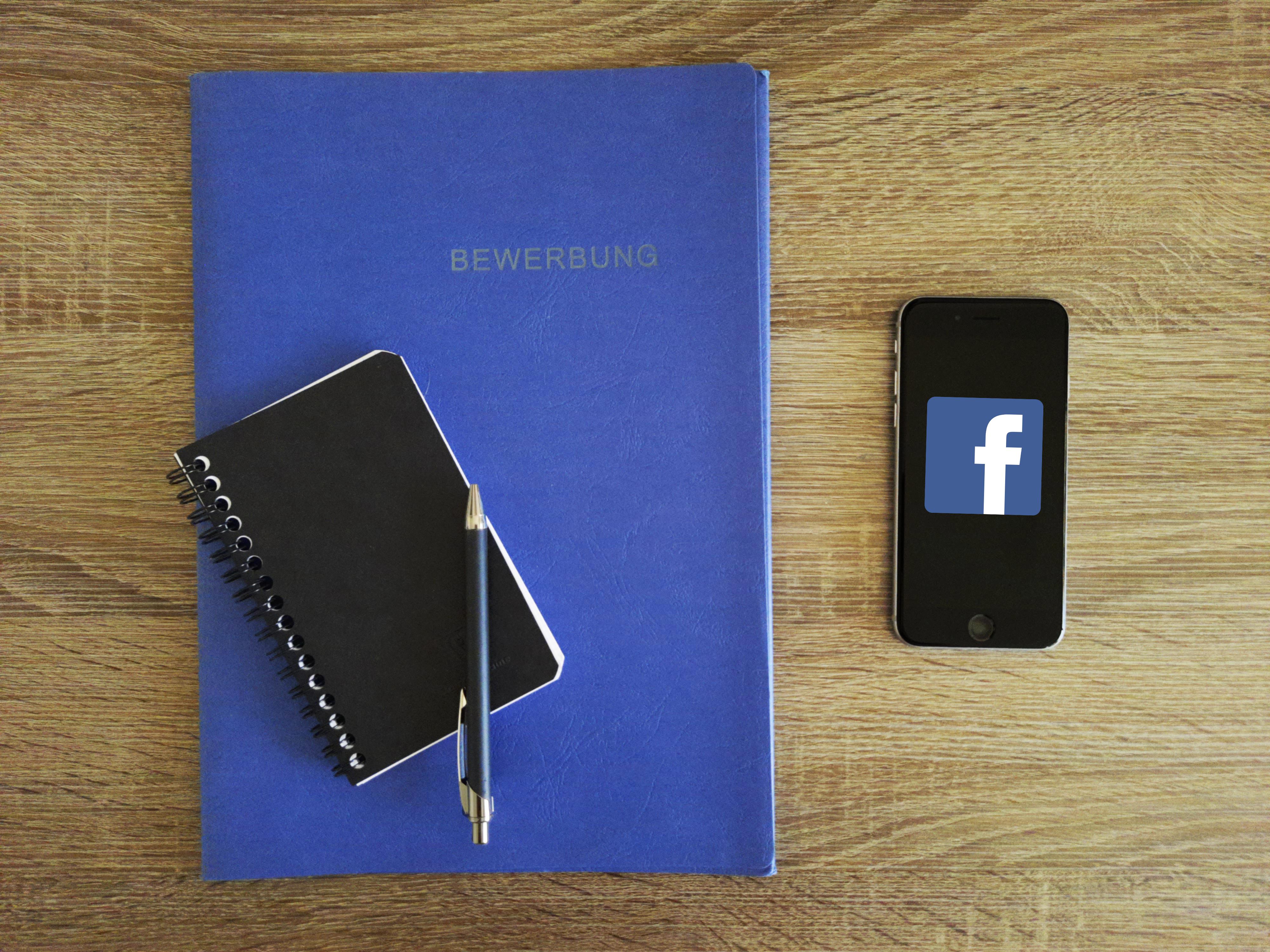 Facebook Recruiting: Bewerbungsunterlagen und Smartphone