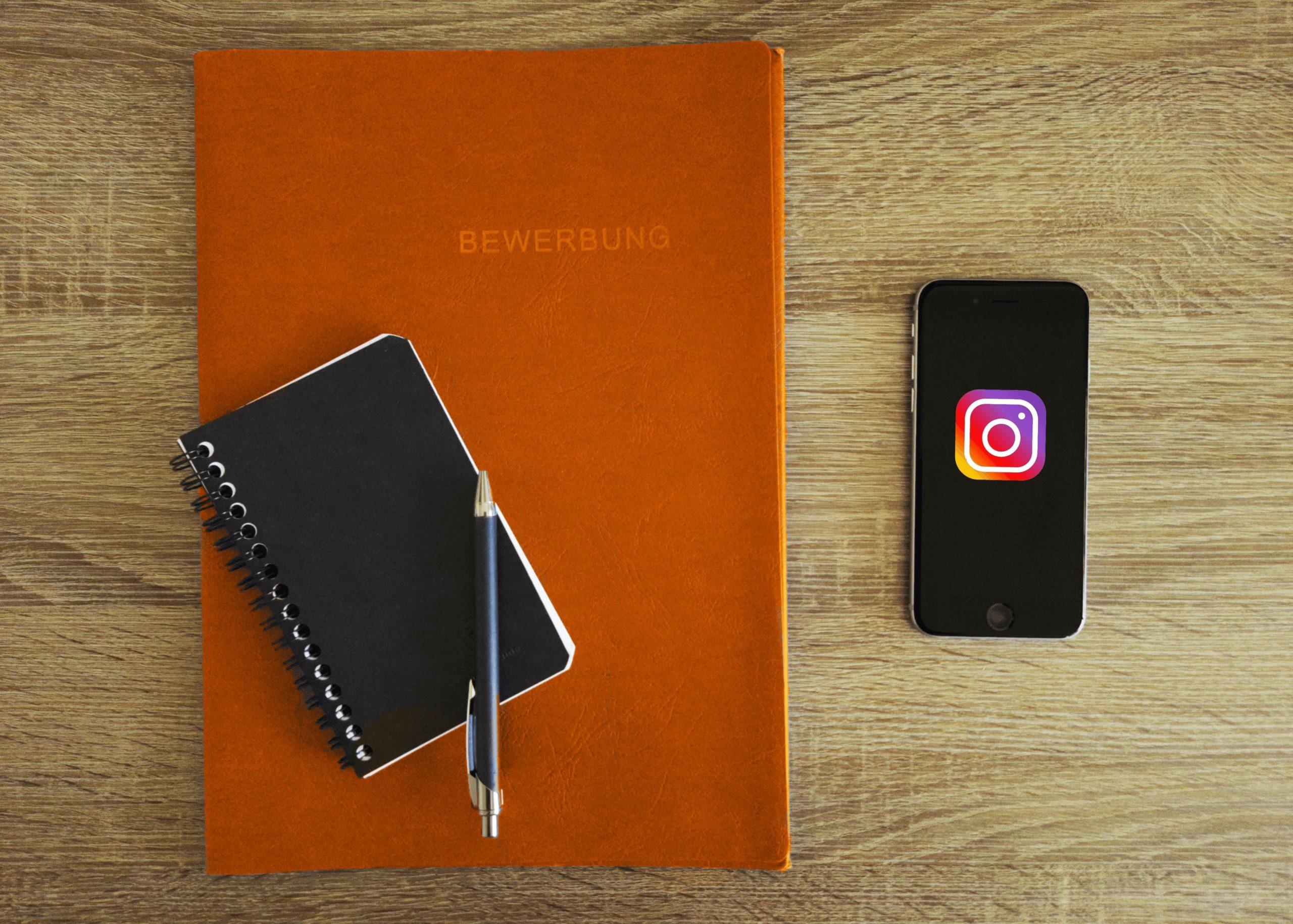 Instagram Recruiting: Bewerbungsunterlagen und Smartphone